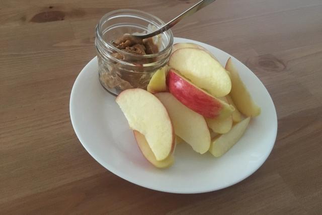満腹感もビタミン・ミネラルも一緒に♪【アップル&ピーナツバター】